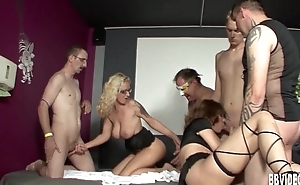 Horny swingers gets fucked in groupsex